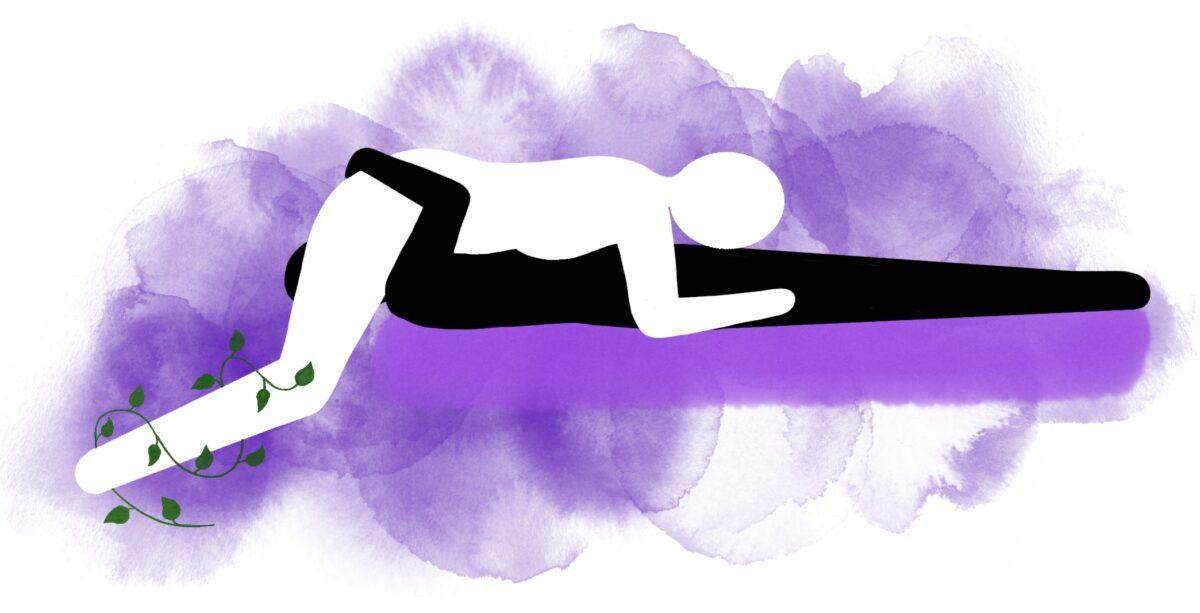 69-stilling: Han ligger på sengen og hun står over ham